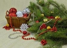 Ein Weihnachtsbaum verziert in einer rustikalen Art, in den Beeren und in den Spielwaren Lizenzfreies Stockbild