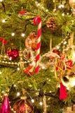 Ein Weihnachtsbaum voll der Dekorationen Lizenzfreies Stockfoto