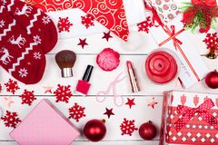 Ein Weihnachtsgeschenk zu einem geliebten Mädchen - Einzelteile einer weiblichen Toilette stockbilder