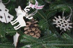 Ein Weihnachtshintergrund der Tanne ein Baum mit hölzernen Spielwaren Lizenzfreie Stockfotografie