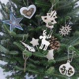 Ein Weihnachtshintergrund der Tanne ein Baum mit hölzernen Spielwaren Stockfoto