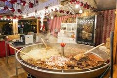 Ein Weihnachtskiosk mit dem Verkauf der warmer Küche Bewohner und Touristen besuchen den Weihnachtsmarkt in Posen polen lizenzfreie stockbilder