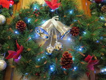 Ein Weihnachtskranz und -glocke stockfotografie