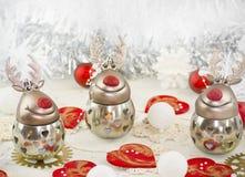 Ein Weihnachtslustiges Ren mit Herzen Stockfotografie