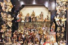 Ein Weihnachtssouvenirladen in den verkehrsreichen Straßen von Toledo, Spanien lizenzfreies stockbild