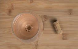 Ein Weinglas und ein Korken Stockfotografie