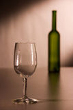 Ein Weinglas und eine Flasche Lizenzfreie Stockfotos