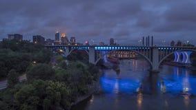 Ein Weitwinkelschuß des Fluss Mississipi, der unter die 19. Allee, das St. Anthony Falls und Steindie bogen-Brücken mit im Stad stock video