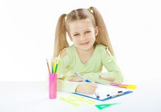 Ein wenig beautyful Mädchen bei Tisch lizenzfreie stockbilder