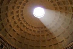 Ein wenig Licht fällt in den Tempel Stockbild