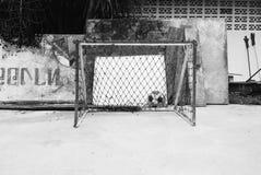 Ein wenig Ziel und ein Fußball Stockfoto