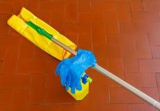 Ein Werkzeug für das Abwischen der Böden und des Reinigers mit den Handschuhen zu Stockfotos