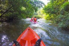 Ein Whitewater Kayaker, während Welle auf dem Fluss in Satun-Provinz, Lizenzfreies Stockfoto