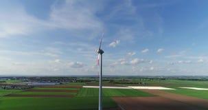 Ein Windgenerator vor dem hintergrund eines Sonnenuntergangs, ein Windgenerator auf dem Hintergrund des Abendsonnenuntergangs, vo stock video footage