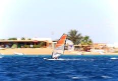 Ein Windsurfer in der Bewegung Stockfotografie