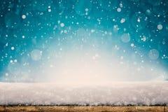 Ein Winter Weihnachtshintergrund mit Schnee auf dem Holz lizenzfreie stockbilder