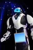Ein wirklicher Roboter in einem modernen Format und in einem schönen Design auf der Rückseite Stockfotos