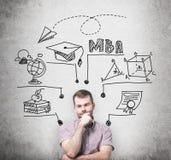 Ein wohlhabender Mann denkt an MBA-Grad Pädagogisches Diagramm wird hinter ihn gezeichnet Ein Konzept von educatio der weiteren G Lizenzfreie Stockbilder