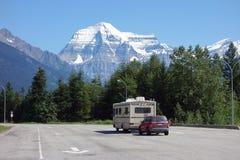 Ein Wohnmobil und ein Schlauchboot an einem Nationalpark in Alberta Stockfotos