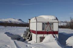 Ein Wohnwagen auf Torneträsk Stockfotografie