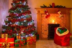 Ein Wohnzimmer auf Weihnachtsabend mit Baum und Geschenken Lizenzfreie Stockbilder