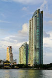 Ein Wolkenkratzer neben Fluss lizenzfreies stockbild