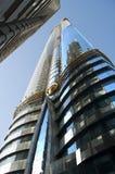 Ein Wolkenkratzer reflektierte sich in anderen, Dubai, UAE Lizenzfreies Stockbild