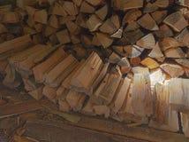 Ein Woodpile des Feuerholzes in einer Halle Lizenzfreie Stockfotos