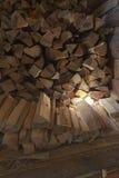 Ein Woodpile des Feuerholzes in einer Halle Lizenzfreie Stockbilder