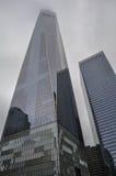 Ein World Trade Center, das in den nebeligen Himmel hoch steigen aufbaut Lizenzfreies Stockbild
