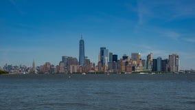 Ein World Trade Center und im Stadtzentrum gelegene Manhattan-Skyline Stockbilder