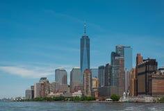 Ein World Trade Center und im Stadtzentrum gelegene Manhattan-Skyline Lizenzfreie Stockbilder