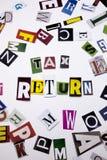 Ein Wortschreibenstext, der das Konzept DER STEUERERKLÄRUNG gemacht vom unterschiedlichen Zeitschriftenzeitungsbuchstaben für Ges Lizenzfreies Stockfoto
