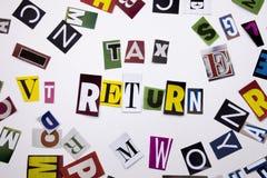 Ein Wortschreibenstext, der das Konzept DER STEUERERKLÄRUNG gemacht vom unterschiedlichen Zeitschriftenzeitungsbuchstaben für Ges Stockfotos