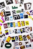 Ein Wortschreibenstext, der das Konzept der Unternehmensplanung gemacht vom unterschiedlichen Zeitschriftenzeitungsbuchstaben für Lizenzfreie Stockfotografie