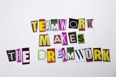 Ein Wortschreibenstext, der Konzept der Teamwork zeigt, macht die Traumarbeit, die vom unterschiedlichen Zeitschriftenzeitungsbuc stockfoto