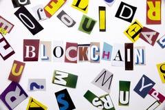 Ein Wortschreibenstext, der Konzept von BLOCKCHAIN gemacht vom unterschiedlichen Zeitschriftenzeitungsbuchstaben für Geschäftsfal Stockfotos