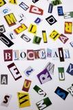 Ein Wortschreibenstext, der Konzept von BLOCKCHAIN gemacht vom unterschiedlichen Zeitschriftenzeitungsbuchstaben für Geschäftsfal Stockbilder