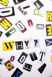 Ein Wortschreibenstext, der Konzept von warum Frage gemacht vom unterschiedlichen Zeitschriftenzeitungsbuchstaben für Geschäftsfa Lizenzfreie Stockbilder