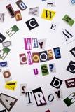 Ein Wortschreibenstext, der Konzept zeigt von, WARUM US-FRAGE WÄHLEN Sie, die vom unterschiedlichen Zeitschriftenzeitungsbuchstab Stockbilder