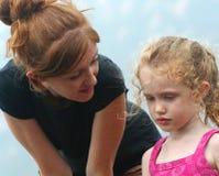 Ein zarter Moment zwischen Mutter und Tochter Stockfoto