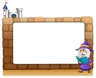 Ein Zauberer, der neben einem leeren Brett steht Stockfotografie