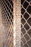 Ein Zaun der rostigen Metallmasche Stockfotos