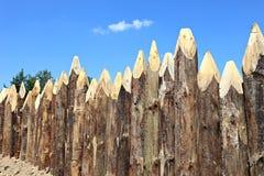 Ein Zaun hergestellt von spitzen Klotz Stockbilder