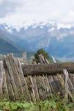 Ein Zaun und ein Bergblick - Mestia, Georgia Stockfotografie
