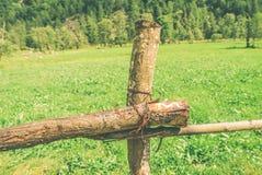 Ein Zaun und ein grünes Feld Lizenzfreie Stockbilder