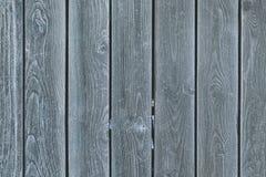 Ein Zaun von glatten grauen Brettern Hintergrund mit Beschaffenheit des alten Holzes stockfotos