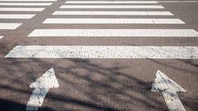Ein Zebrastreifen mit einem warmen Sonnenschein lizenzfreie stockbilder