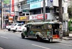 Ein zeepney, das auf Straße in Quezon-Stadt in Manila, Philippinen läuft Stockbild