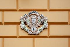 Ein Zeichen auf dem Haus lizenzfreie stockfotos